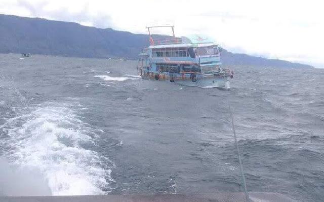 Putus Tali Kemudi, KM Roma Parsaulian Nyaris Tenggelam di Danau Toba