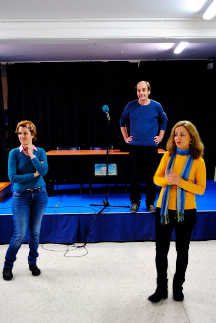 Las profesoras Mer Flores y Esperanza Galván en el momento de la presentación del escritor