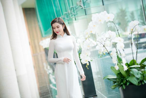 Huyền My áo dài trắng & Hoa Lan trắng ai đẹp hơn nhỉ?