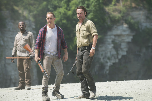 Lennie James como Morgan Jones, Ethan Embry como Carter and Andrew Lincoln como Rick Grimes – The Walking Dead _ Season 5, Episode 1 – Photo Credit: Gene Page/AMC