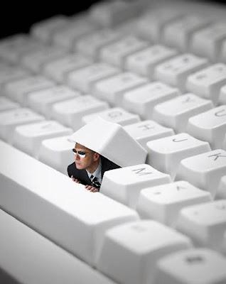 digital art persona saliendo de un teclado