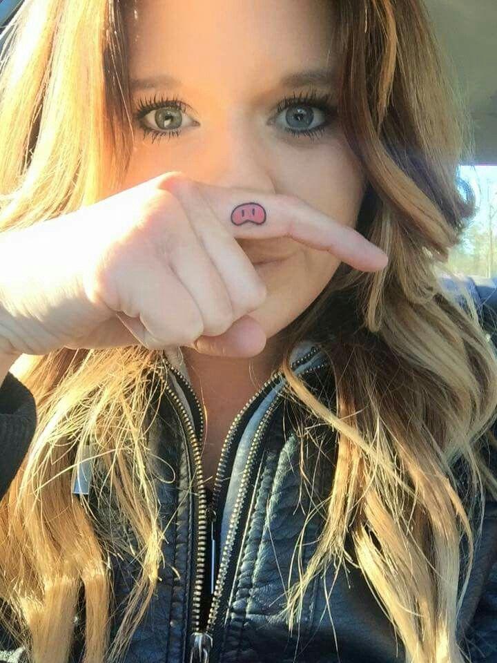 chica con nariz de cerdito tatuada en el dedo