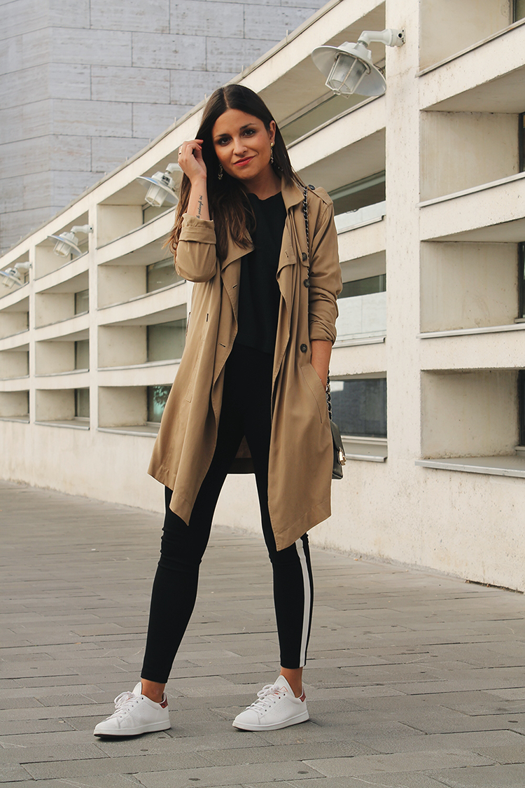 Outfit con trench, leggins zara y zapatillas