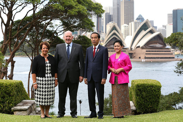 Image Attribute: Peter Cosgrove (2nd L), Governor-General of Australia and his wife Lynne Cosgrove (L) pose for a photograph with Indonesian President Joko Widodo and his wife Iriana at Admiralty House in Sydney, Australia, February 26, 2017. REUTERS/David Moir/Pool