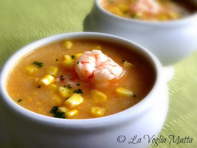 zuppa di mais e patate con gamberi