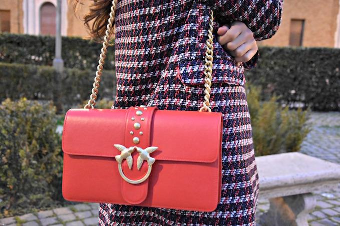 borsa rossa di pinko con due rondini sulla chiusura