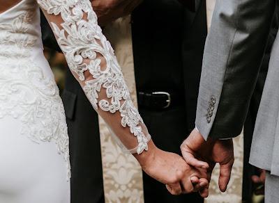 Novios de la mano contrayendo matrimonio