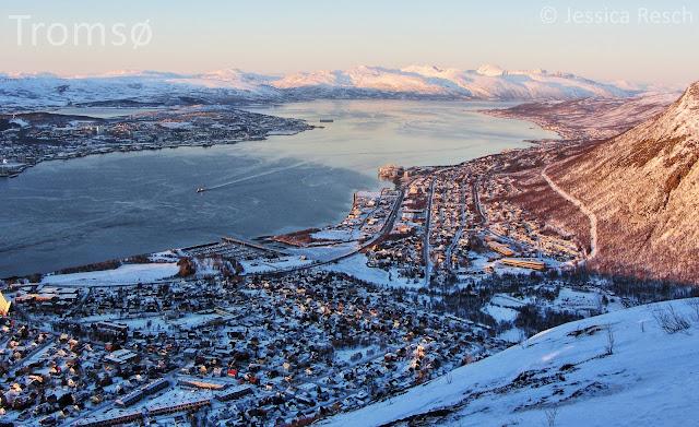 Tromsø im Winter bei schönem Abendlicht und Berge am Hintergrund