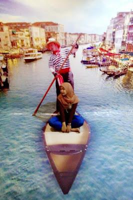Hijaber Cantik Dinna Dea Anggaraeni naik gondola di italia