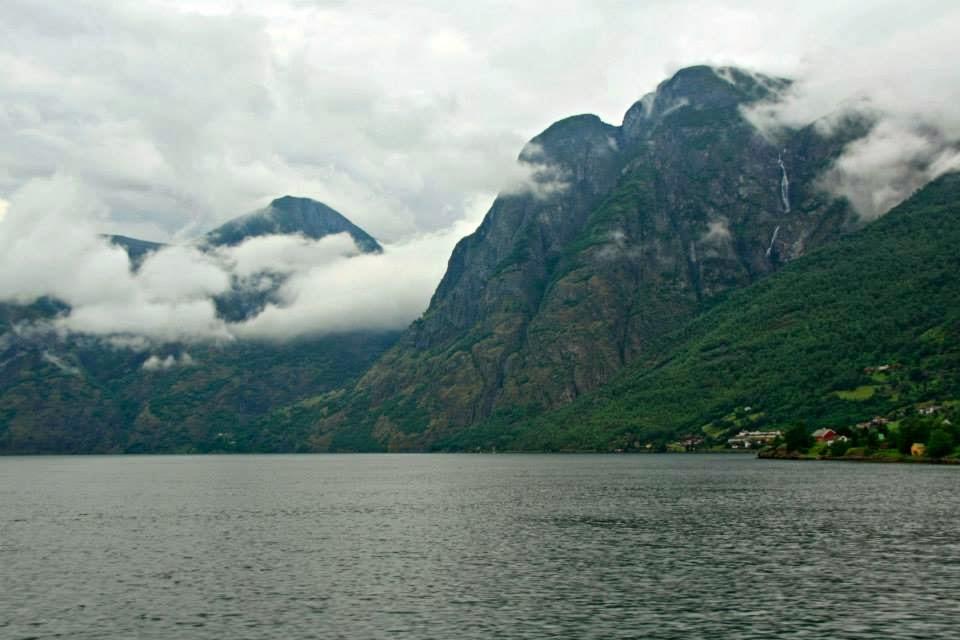 Sognefjord en día gris.