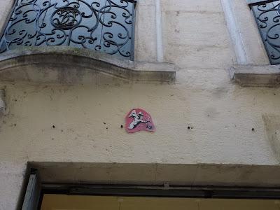 """Unter dem Balkon: """"Der Liebesbote"""" auf einer Plastik-Kachel - Montpellier, Frankreich"""