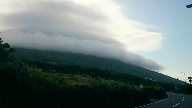 雲に覆われた八丈富士