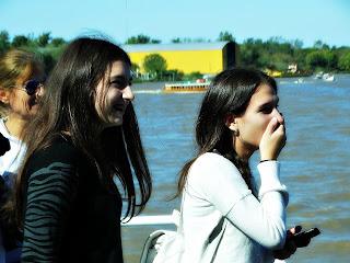 Ai, meu Deus! Garota Assustada com Brinquedos do Parque de La Costa, Tigre, Buenos Aires, Argentina