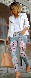 Jaqueta branca e calça floral