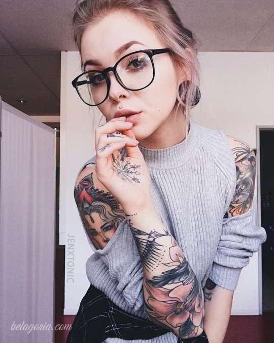Vemos a una mujer tatuada con flores