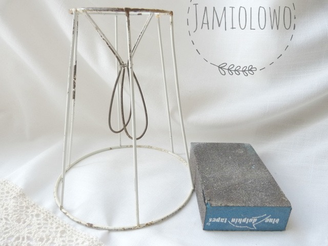 metalowy stelaż lampki