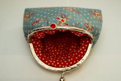 Monedero con boquilla y detalles en rojo. Aguja del sur