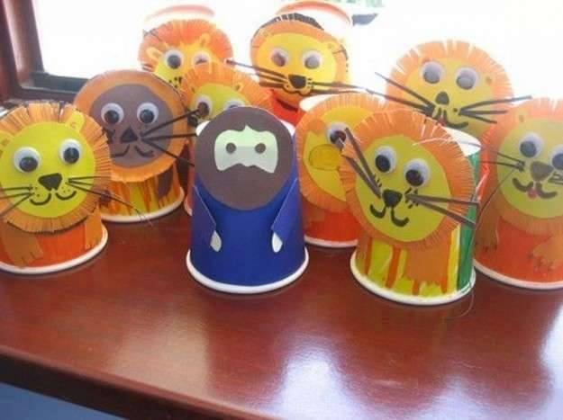 Ide membuat kerajinan dari gelas yogurt untuk anak-anak berbentuk boneka singa