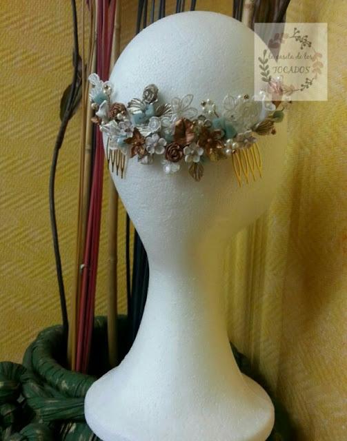 peineta artesanal para novia realizada con materiales variados y colores contrastados