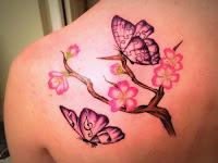 tatuaje de mariposas y flores