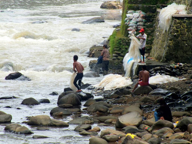 foto kehidupan pinggir sungai ciliwung