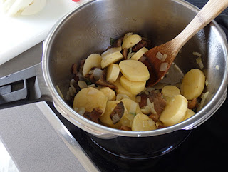 Elaboración de las patatas con níscalos
