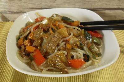 Wok de fideos de maíz con ternera y verduras.