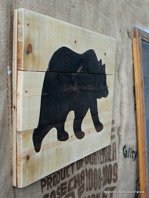 pallet sign, bear, reclaimed wood, bear art, rustic, cabin, http://bec4-beyondthepicketfence.blogspot.com/2016/05/pallet-bear-puzzle.html