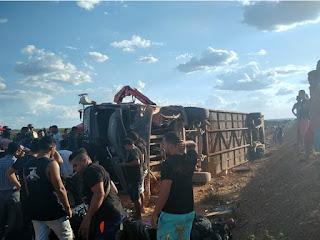 Ônibus da Banda Gatinha Manhosa se envolve em acidente e faz uma vítima