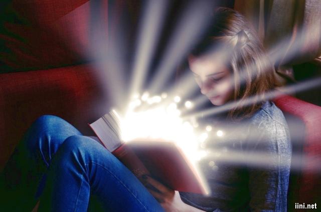 ảnh nghệ thuật cô gái đọc sách