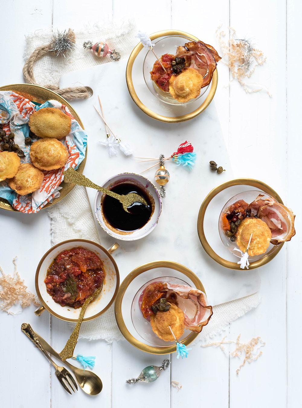 Knusprig gebackene Ravioli, Porchetta und ofengeröstete Tomaten im Glas -  Schnelles Fingerfood vom Feinsten