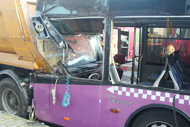 Halk otobüsü hafriyat kamyonuna çaptı: 1 yaralı