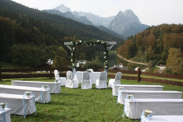 Trauung auf der Bergwiese, Hochzeit in Bayern, edel-bayerisch, Himmelblau und Edelweiss, heiraten in Garmisch-Partenkirchen, Hochzeitslocation Riessersee Hotel, wedding destination abroad, Germany, Bavaria, blue and white