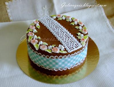Tarta ganache de chocolate decorada con glasa y papel de azúcar