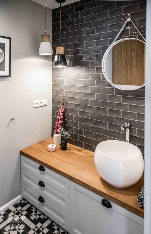 baño-estilo-nordico-blanco-negro-baldosa-metro-espejo-redondo-lampara-colgante
