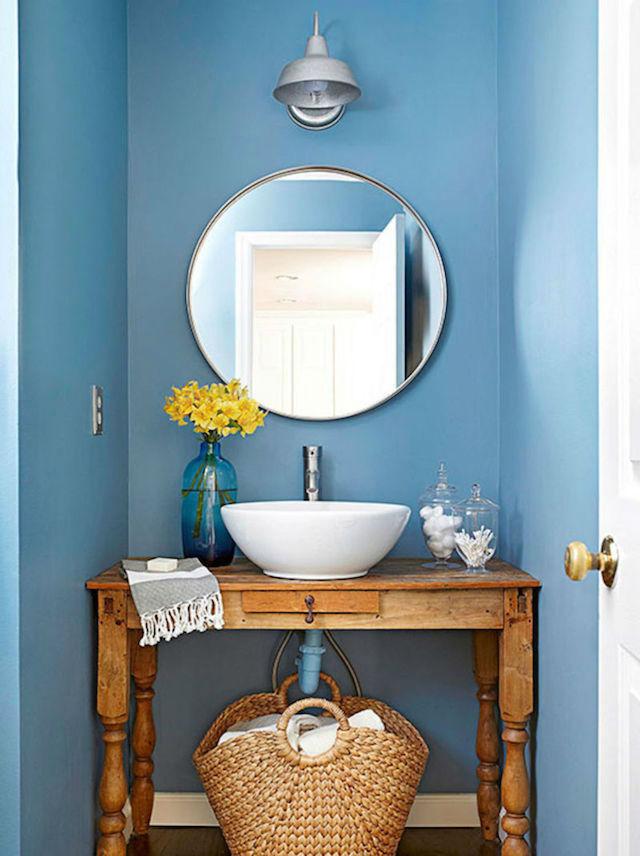 10 ideas para renovar el baño por menos de 100€, baño con azulejos color azul y espejo redondo