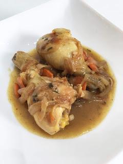 Pollo en salsa con cebolla y zanahorias