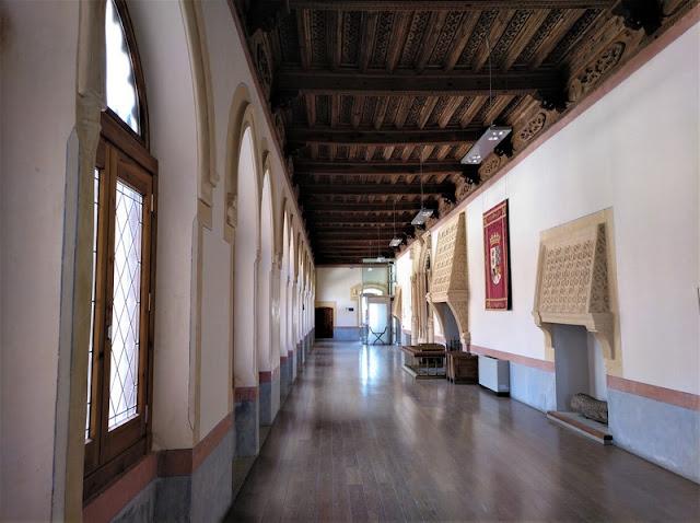 Castillo de Belmonte, ronda primer piso, detalle chimeneas