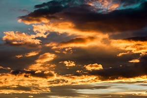 cielo luminoso di sera con nuvole