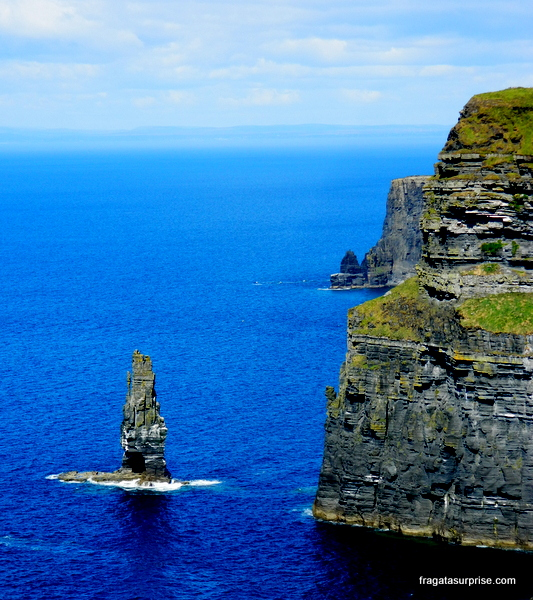 Branaunmore, uma agulha de pedra que se ergue das águas em frente aos Cliffs of Moher, na Irlanda