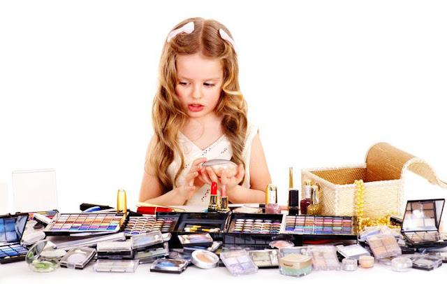 Inilah Resiko Bila Anak Memakai Kosmetik Orang Dewasa