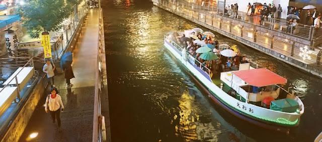 Perahu melewati Sungai Dotonbori