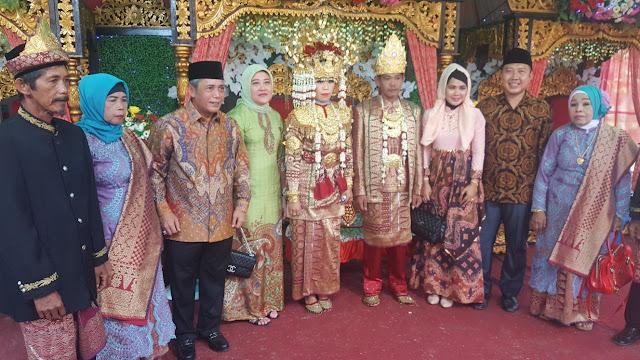 Bupati OKI Hadiri Pernikahan Kades Pematang Buluran
