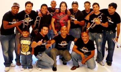 Foto de Marco Antonio y su Orquesta posando para fans