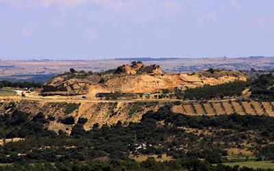Δεύτερο μνημείο εικάζεται ότι υπάρχει στον λόφο Καστά στην Αμφίπολη