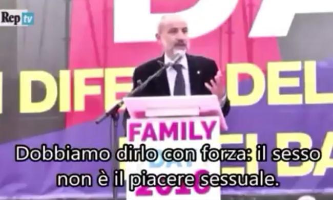 Massimo Gandolfini sul palco del 'family day'