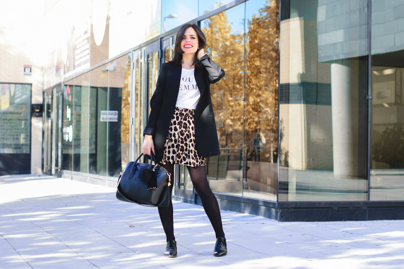 Look con shorts de leopardo de Zara