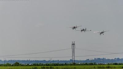 Demonstratia a trei avioane pe aerodromul din Valeni.