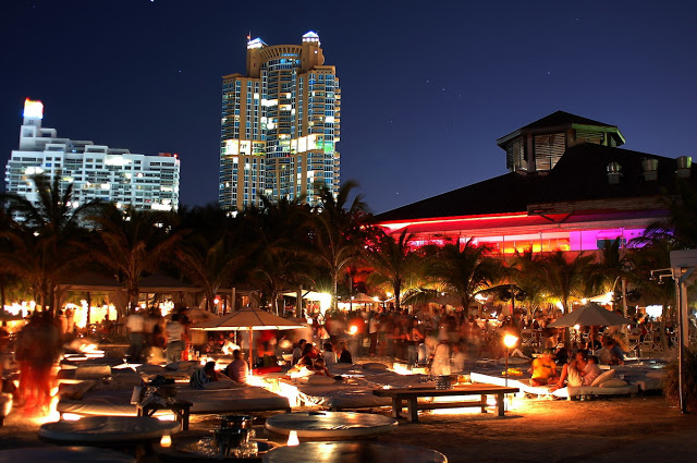 Nikki Beach Club en Miami de noche