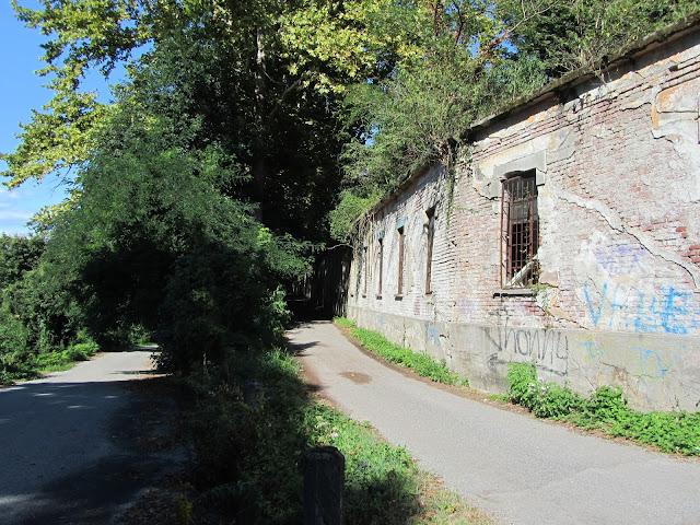 Veduta delle mura esterne fabbrica abbandonata